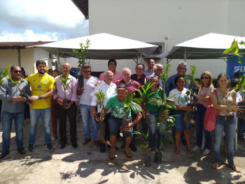 Os agricultores exibiram, com orgulho, as mudas que receberam da Prefeitura de Belém, por meio da Secon