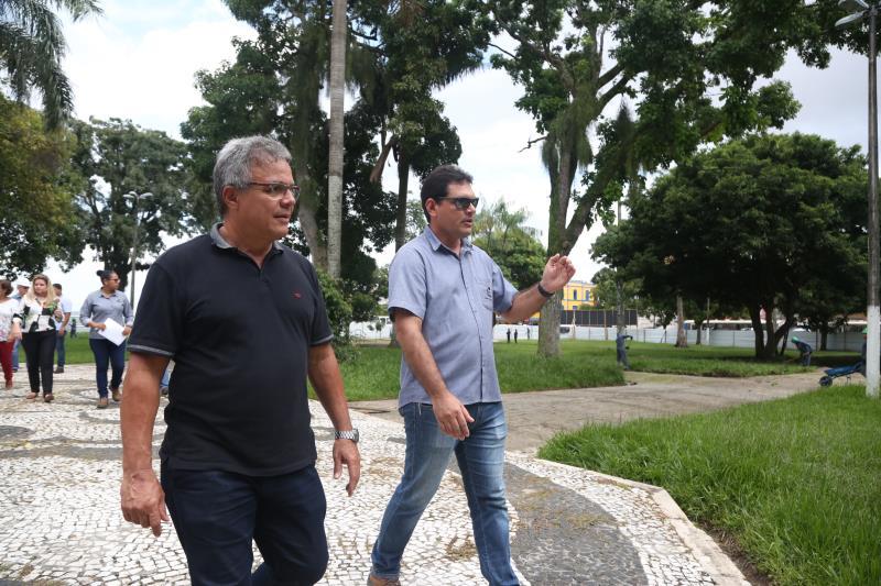 O prefeito Zenalo Coutinho visitou as obras na praça D. Pedro II, na manhã de sexta-feira, 17