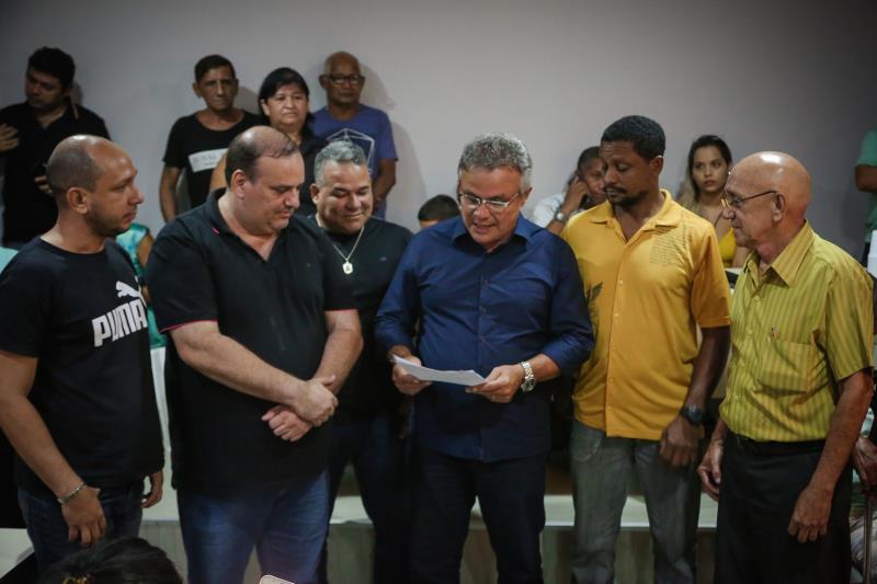O vereador Fabrício Gama acompanhou os moradores da passagem Marajoara na assinatura das Ordens de Serviço