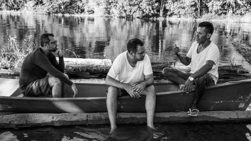 """Fernando Segtowick e Thiago Pelaes em uma conversa com um dos entrevistados para o documentário """"O Reflexo do Lago"""""""