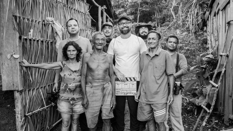 Fernando Segtowik (com a claquete), Thiago Pelaes e Cato durante as filmagens em Tucuruí