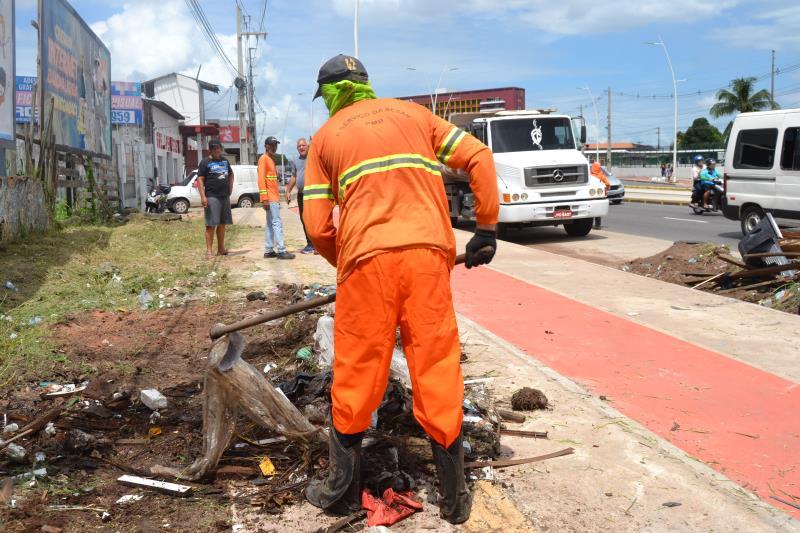 Os trabalhos de limpeza de vias e rua não param.