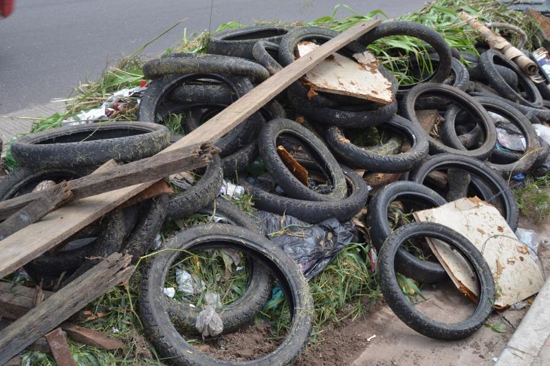 Não jogue lixo nas ruas e bueiros, ligue para os números: Números: 30737620 e 156 Email:educacaoambientaladic@hotmail.com