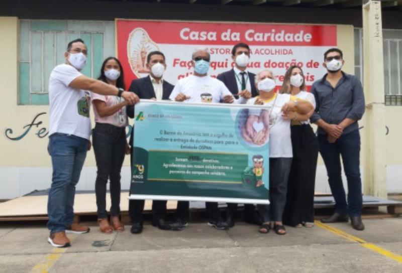 Estão na foto: Equipe do Banco da Amazônia e da Casa da Caridade, da Pastoral da Acolhida