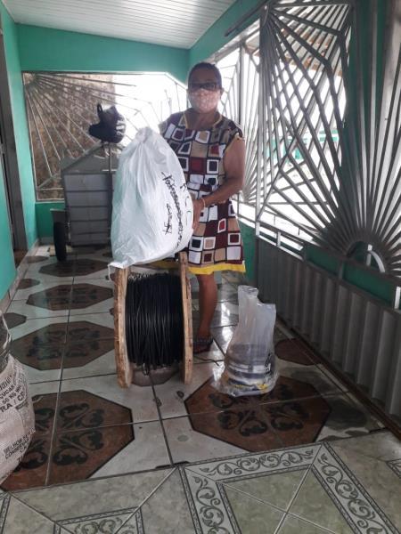 Presidente da AMTMO Lenivalda Xavier recebe materiais elétricos doados pela MRN
