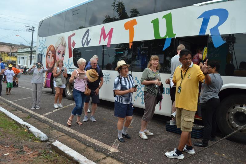 O navio Magellan, de bandeira das Bahamas, com cerca de 2 mil turistas a bordo, entre passageiros e tripulantes, é o quarto cruzeiro a visitar o distrito de Icoaraci, este ano
