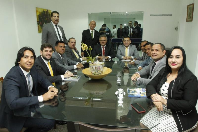 Antes de levar a mensagem aos vereadores e convidados, o prefeito se reuniu com os integrantes da Câmara Municipal de Belém