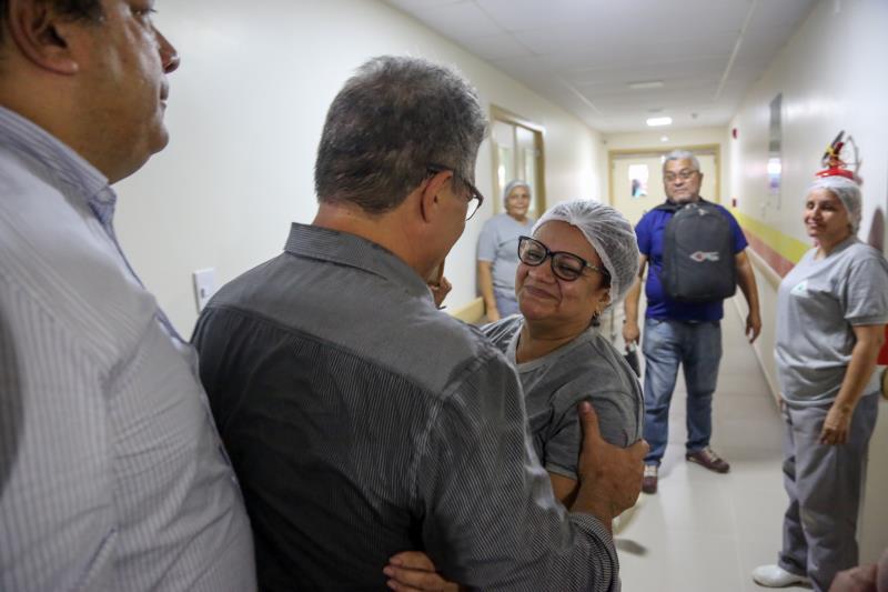 O prefeito Zenaldo Coutinho foi recebido com entusiasmo pelos funcionários do novo hospital