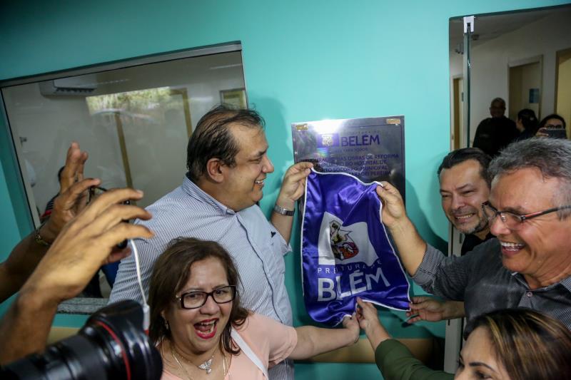 Momento do descerramento da placa de inauguração do novo HPSM do Guamá