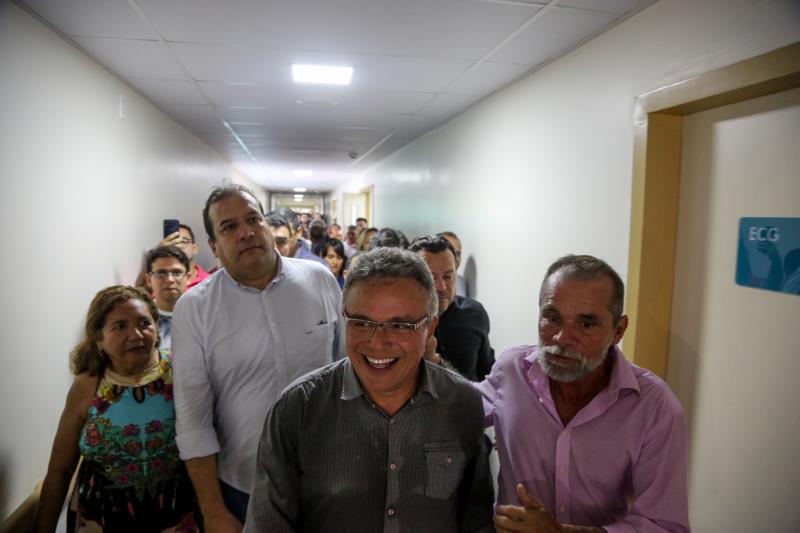 A população do bairro do Guamá faz questão de acompanhar o prefeito e outras autoridades durante a visita às novas instalações do HPSM do Guamá