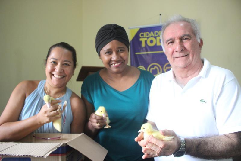 Janaína Sousa (ao centro) passará também a criar patos no terreno que possui na ilha de Caratateua