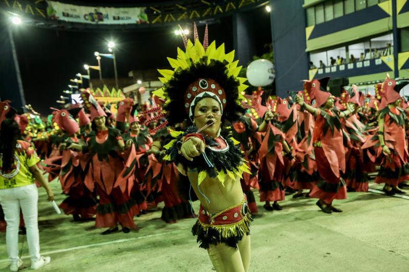 """A Associação Carnavalesca A Grande Família abriu o desfile desta sexta-feira, 14, levando para a avenida o enredo """"Amazônia - O Lamento do Povo da Floresta"""", uma reflexão sobre a importância da preservação da floresta e o seu valor"""