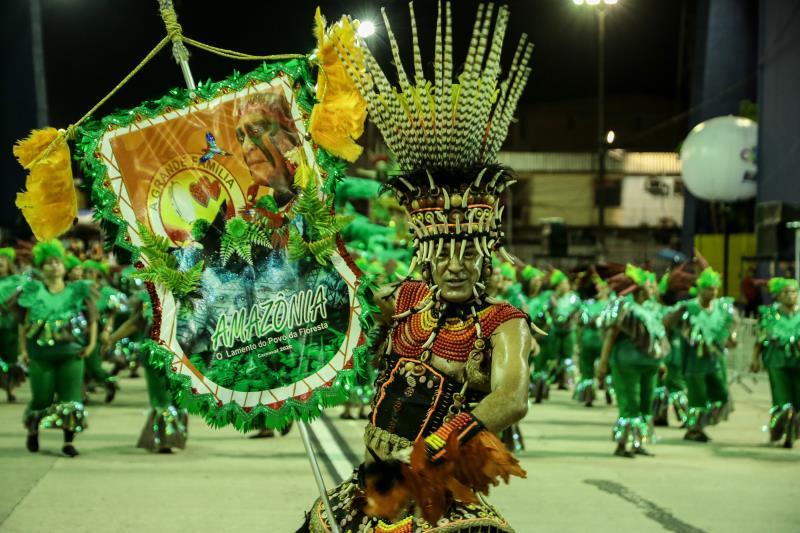 O porta-estandarte de A Grande Família honrou a tradição de que esse elemento cênico carnavalesco é somente encontrado nos desfiles oficiais de carnaval, em Belém