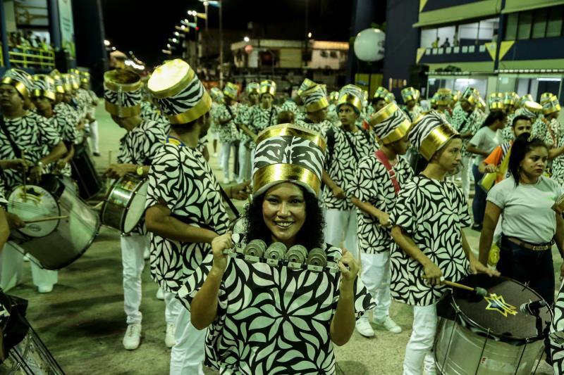 Bateria da Associação Carnavalesca Mocidade Botafoguense, a segunda escola na avenida, deu show