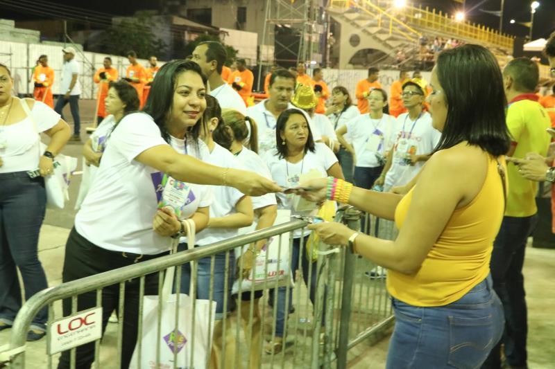 Voluntários e servidores de Sesma distribuíram preservativos femininos e masculinos, gel lubrificante e muita orientação a todos