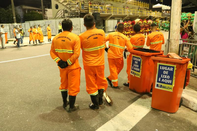 Os serviços de limpeza também foram levados para a avenida, com equipes da Secretaria de Saneamento (Sesan)