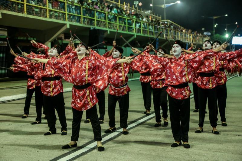 A comissão de frente da Associação Carnavalesca Império Jurunense mostrou a força da tradição dos imigrantes japoneses no Pará