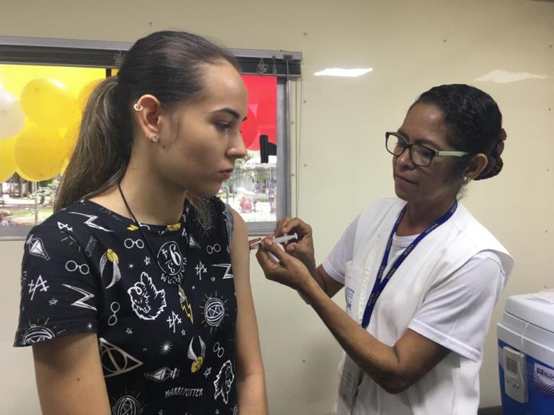 Pertencente ao grupo de risco, a estudante Thayna Barroso, de 19 anos, foi à praça garantir a imunização