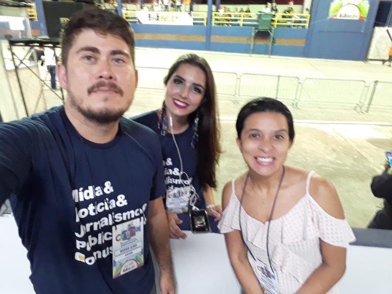 Rodrigo, Manu e Adriana em momento revista Caras