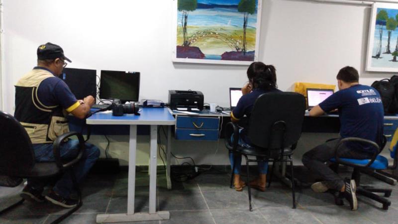 Equipe Comus/Agência Belém em ação na sala de imprensa na Aldeia Aamzõnica