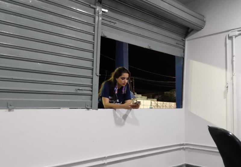 Manu muito concentrada na janela