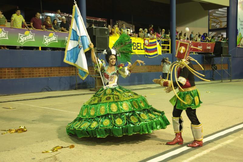 O casal de mestre-sala e porta-bandeira estava usando cores em tons verdes