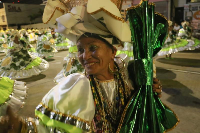 Apaixonada pela agremiação da Cidade Velha, Marivalda Pinho, de 60 anos, sai há oito anos na ala das baianas
