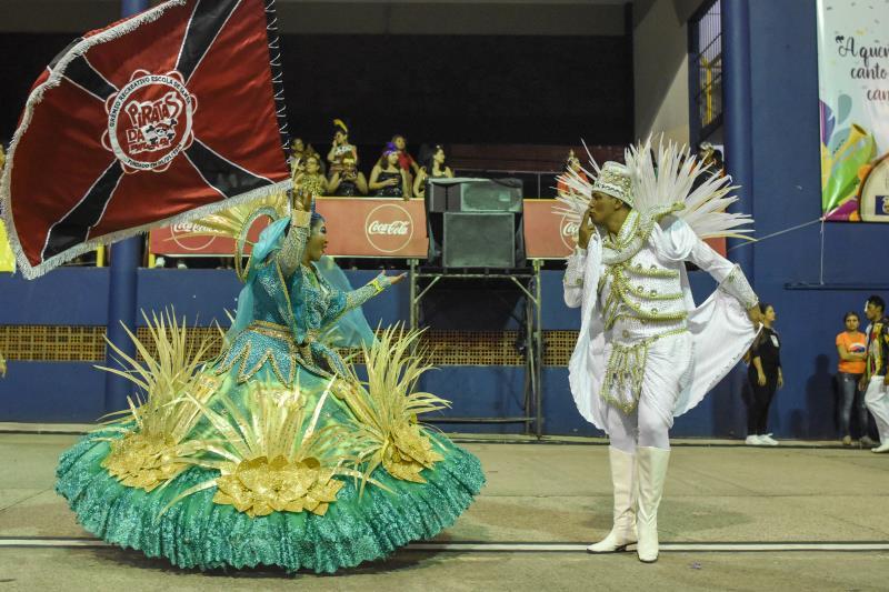 Mestre-sala e porta-bandeira da Piratas da Batucada deram show