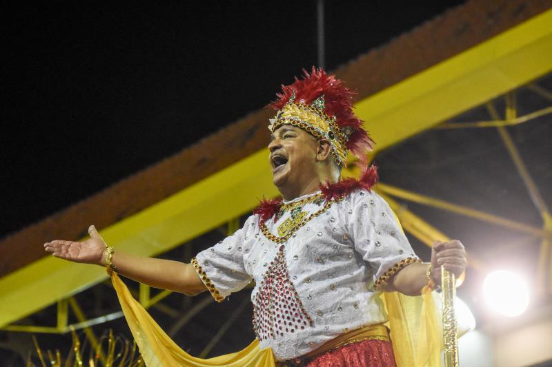 Miguel Santa Brígida estava muito emocionado no último carro alegórico da escola de samba Piratas da Batucada