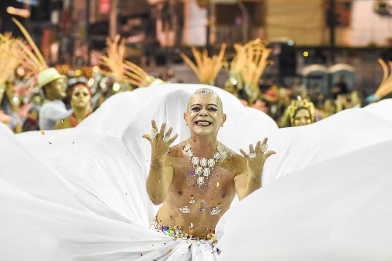 O bailarino paraense Jaime Amaral fez bonito na avenida