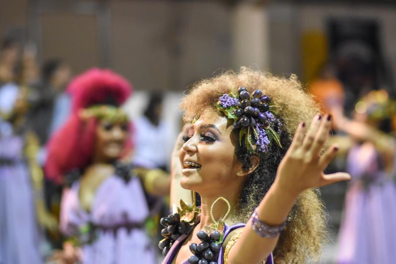 A professora de dança, Vitória Barros, fez parte da comissão de frente da escola e não aguentou a emoção ao participar pela primeira vez de um desfile