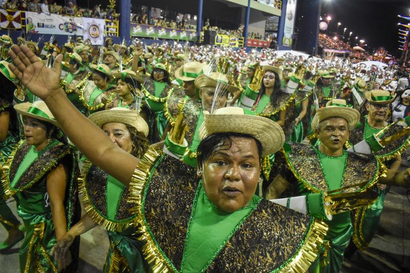 Ala da Piratas da Batucada veio de verde e dourado