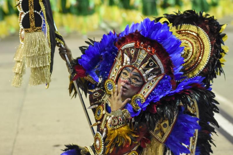 O porta-estandarte do Rancho evocou a ancestralidade dos primeiros habitantes do Brasil, os indígenas