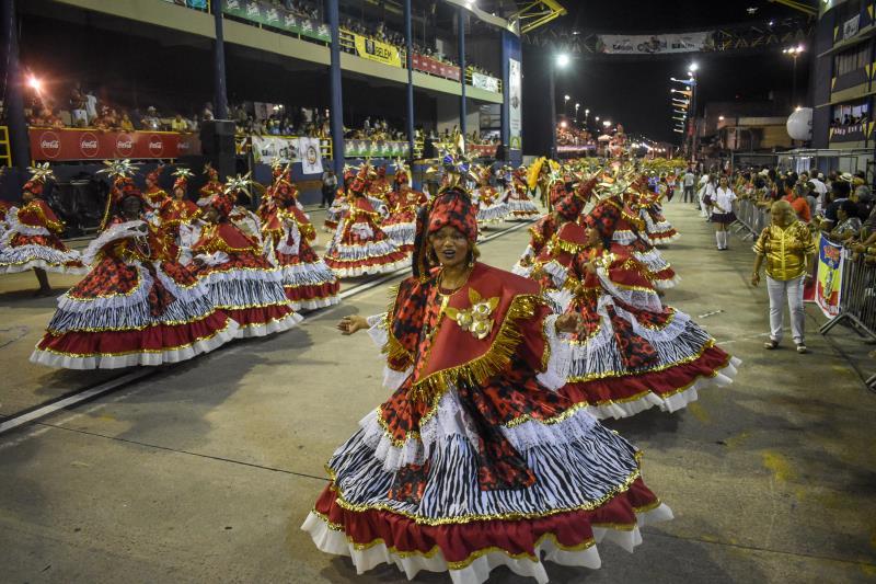 A mais que tradicional ala da baianas do Quem São Eles e seu gingado na avenida