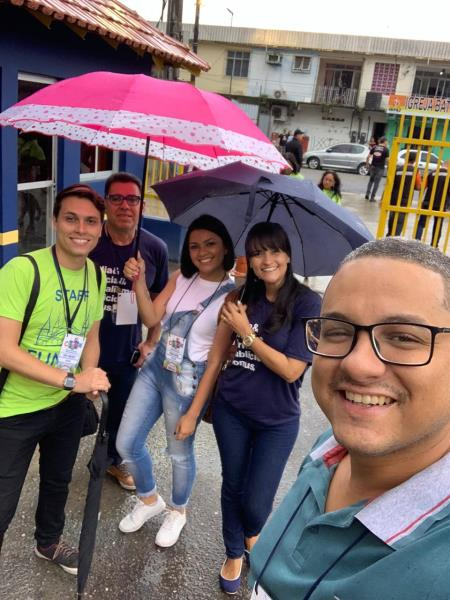 E a chuva que que caía antes de iniciar o desfile, hein, Lauro, Hugo, 'seu' Belo, Bruna e Karla?