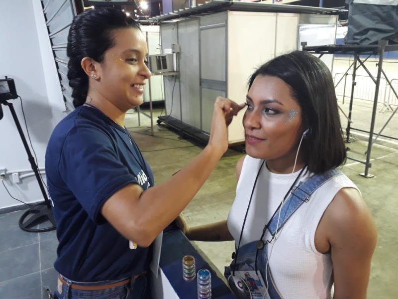 Adriana Pereira ajudando a dar um brilho maior à Bruna Cabral