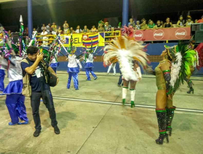 Fernando Sette em ação no meio da passarela do samba