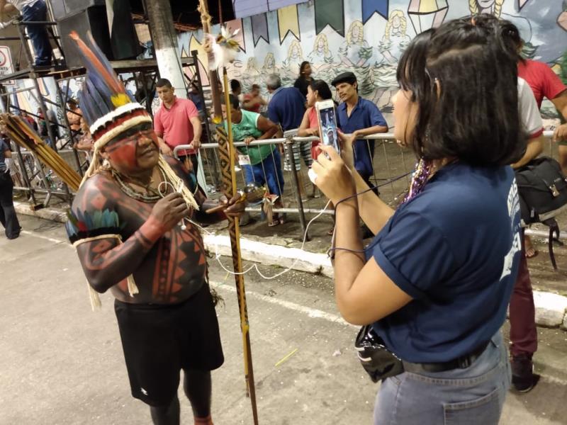 Jamyla Magno entrevista um dos integrantes da etnia Tembé, que participou do desfile da escola Bole Bole