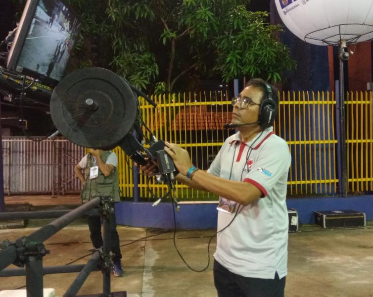 Max Lima no comando da grua para a transmissão do desfile oficial das escolas de samba pela TV Cultura