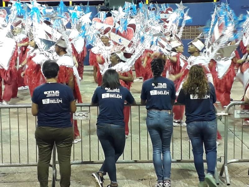 De costas, eu, Laiana, Adriana e Renata
