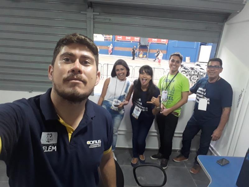 Rodrigo, Bruna, Karla, Hugo e 'seu' Belo, na sala de imprensa da Comus