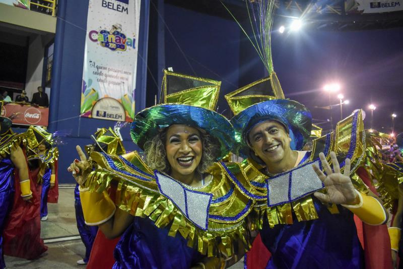 A jornalista Fernando Pacheco e marido dela, Fernando Carneiro, desfilando pela escola Xodó da Nega