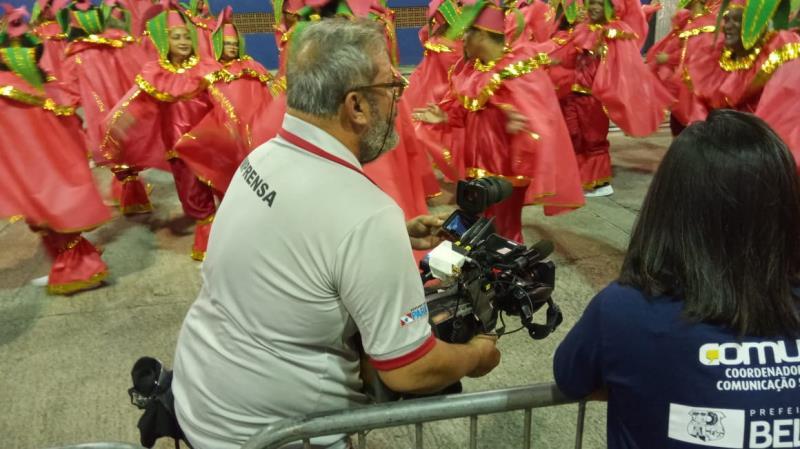 Rômulo, na TV Cultura, no meio dos brincantes das escolas de samba