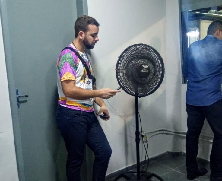 Igor Monteiro, do portal Roma News, em momento recarregar o celular