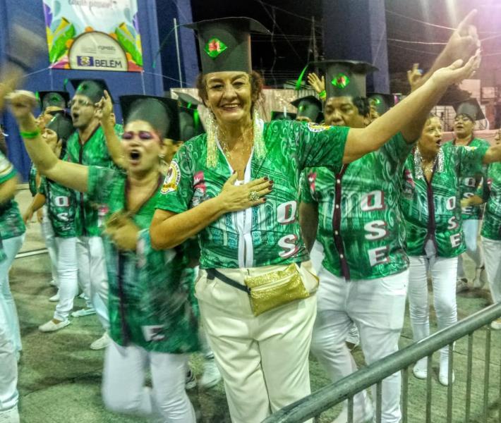 Lourdinha Bezerra, a mais carnavalesca das jornalistas de Belém, aqui, desfilando pelo Quenzão