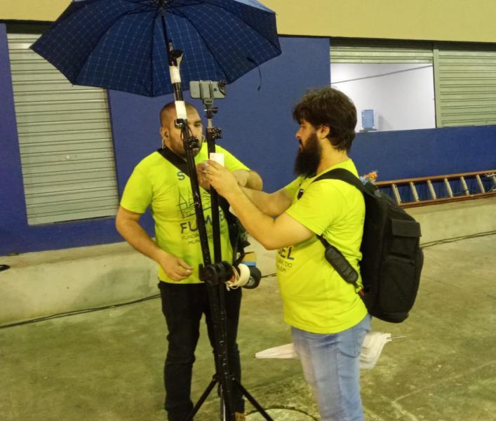 Chico Atanásio cuidando para que a câmera fique bem protegida