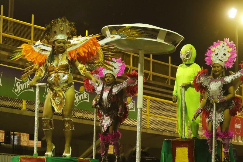 Fundada em 1983, a escola Alegria Alegria trouxe para a avenida do samba mais de 400 brincantes, divididos em cinco alas e um carro alegórico