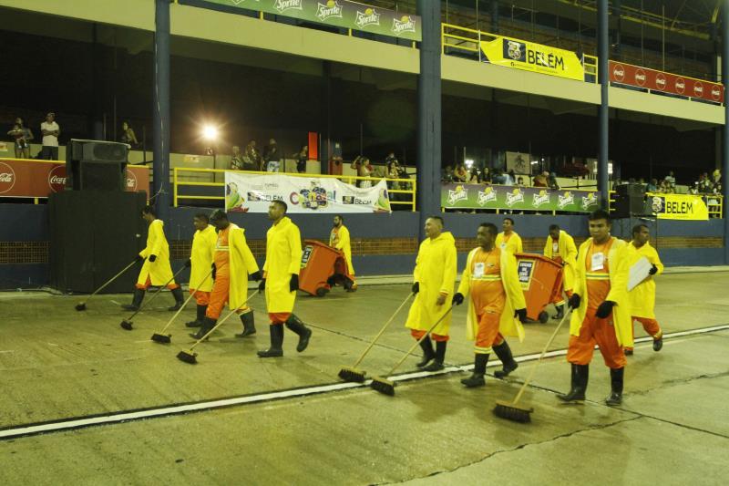 A equipe de profissionais da Sesan preparava a passarela do samba, depois de cada escola passar