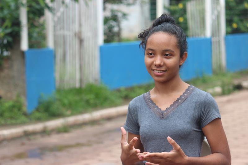 """A estudante Dayane Souza, de 18 anos, estava atenta, ouvindo todas as orientações. """"Gostei muito da palestra dos trabalhadores do Portal do Trabalhador"""", disse."""