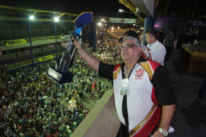 O presidente de honra da Piratas da Batucada, Ricardo Fernandes, levantou o troféu de campeã do Carnaval 2020